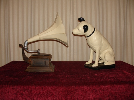 Chalkware Century Old Nipper and 1911 Monarch Replica Gramophone 02-12-19 - Close Up Pulled Back a Bit