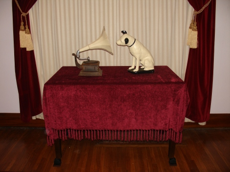 Chalkware Century Old Nipper and 1911 Monarch Replica Gramophone 02-12-19 - Wide Window Shot